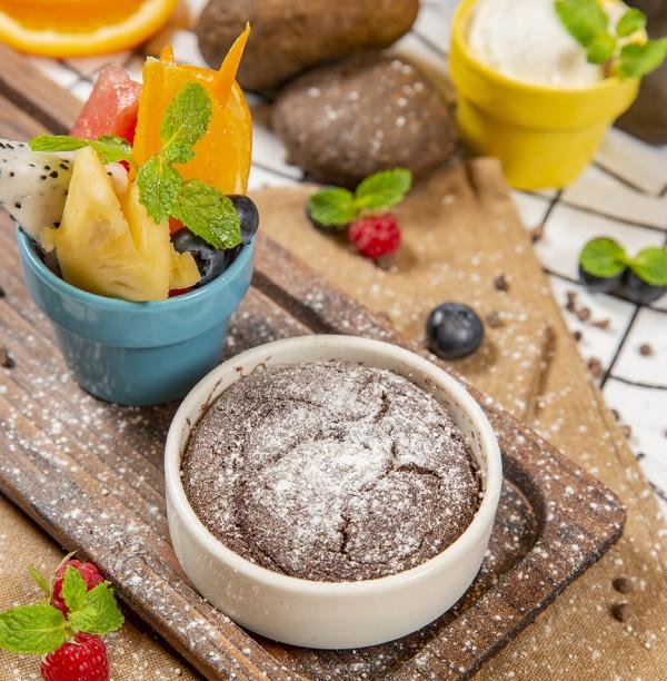 Hot chocolate cake, fresh fruit, coconut gelato/Bánh sô cô la nóng với trái cây tươi và kem dừa