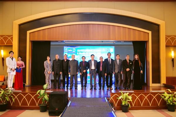 Đại diện ban tổ chức chương trình chụp hình chung cùng các vị khách mời