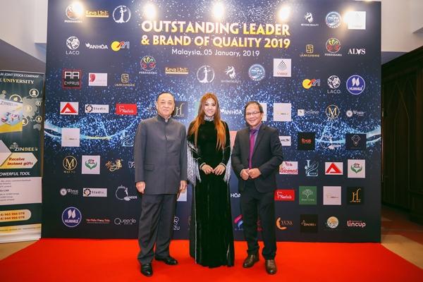 Từ trái qua phải: Ông Tansri Matshah SaFuan – Chủ tịch hiệp hội doanh nghiệp của Malaysia Perdasama, Trưởng ban tổ chức – bà Lương Nhã Hiền và ông Ông Phạm Quốc Anh - Tham tán Thương mại Việt Nam chụp hình lưu niệm tại chương trình
