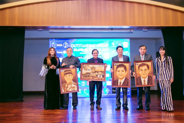 Bà Lương Nhã Hiền – Trưởng ban tổ chức chương trình ( áo dài đen) và bà Võ Thị Thanh Hà – Phó ban tổ chức dành tặng các vị khách quý món quà lưu niệm