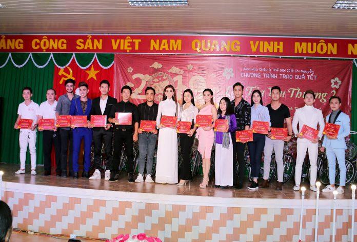 Hoa Hậu Chi Nguyễn trao thư cảm ơn cho anh chị em nghệ sỹ tham dự chương trình