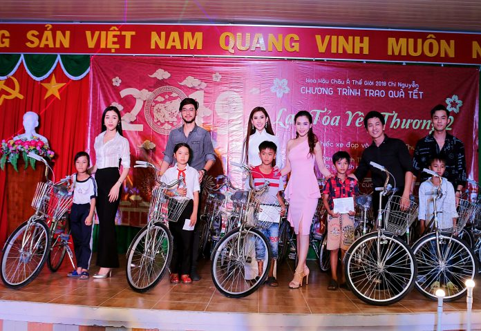Á hậu Lý Khả Dy, siêu mẫu Tuấn Vương, Hoa hậu Chi nguyễn, Nữ hoàng nhan sắc Ngọc Phương, Ảo thuật gia Nguyễn Phương, Á quân Vũ Linh trao xe đạp cho học sinh nghèo hiếu học.