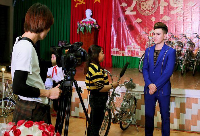 Nam vương Hoàng Gia Lâm chia sẻ cùng các phóng viên