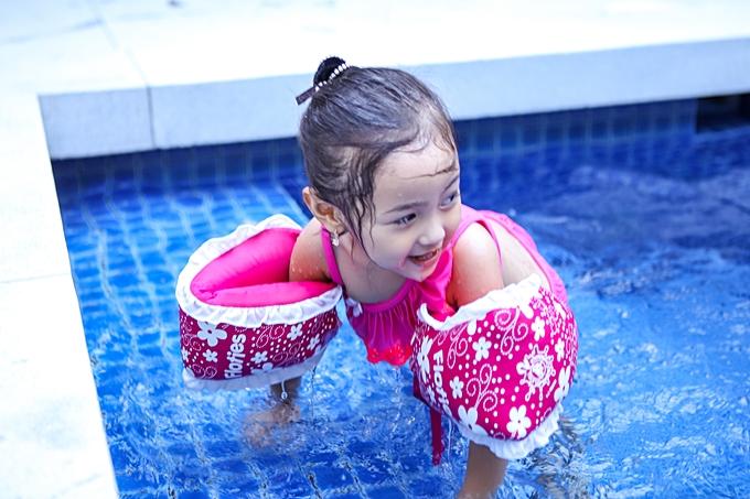 Bơi lội giúp các con của Hà Kiều Anh thêm nhiều sức khỏe, giúp bé có tinh thần kỷ luật cao, biết phấn đấu trong cuộc sống. 'Không có sức khỏe, bé sẽ không học tập và sống vui vẻ được. Đó là lý do tôi hướng các con đến hoạt động thể thao và ngoại khóa ngay từ nhỏ', người đẹp nói.
