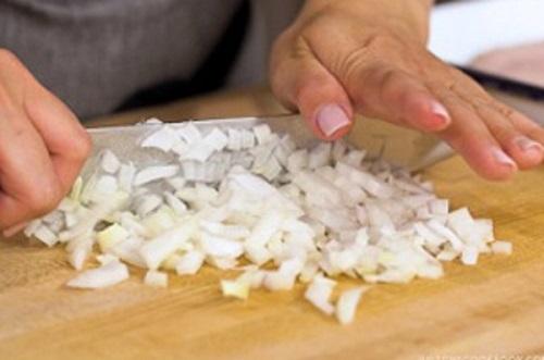 Bước 2: Thái nhỏ các nguyên liệu hành tây, nấm, thịt nguội.