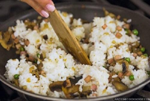 Bước 4: Nấu chín cơm rồi cho vào chảo đảo đều, cho 3-4 thìa nước sốt vào, đảo đều.