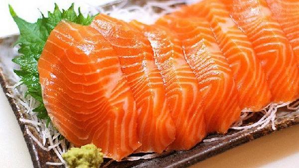 Cá hồi chứa rất nhiều axit béo omega-3 và vitaminD, các chất thiết yếu giúp cải thiện tình trạng rụng tóc cho các mẹ sau khi sinh.