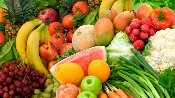 Những loại trái cây và rau chứa nhiều chất oxy hóa rất có ích trong việc ngăn chặn tình trạng rụng tóc cho các bà mẹ sau sinh. Đừng quên bổ sung những loại rau và trái cây như: chuối, cam, việt quất, rau lá xanh, bông cải vào thực đơn nhé!