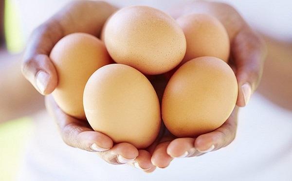Trứng chứa nhiều vitamin B12 giúp kích thích tóc phát triển cũng như phòng ngừa rụng tóc.