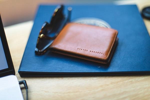 Một chiếc ví kèm theo hình bạn và anh ấy thì còn gì bằng.