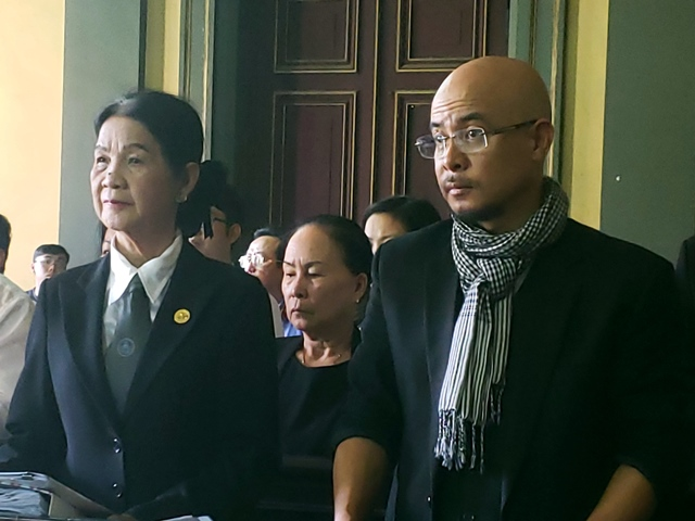 """Luật sư Trương Thị Hòa (ngoài cùng bên trái) nêu quan điểm của ông Vũ trong vụ án là """"không tấn công, chỉ tự vệ và phải trung thực"""". (Ảnh: P.V)"""