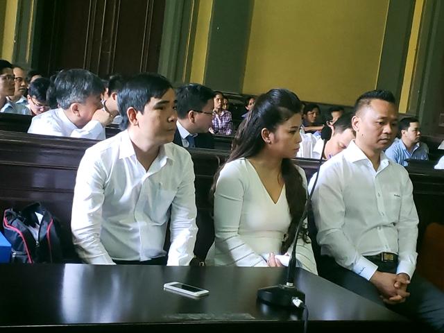 """Luật sư Hoàng Anh Tuấn (ngoài cùng bên phải) cho rằng: """"Phía ông Vũ có những trình bày mang tính xảo trá""""."""
