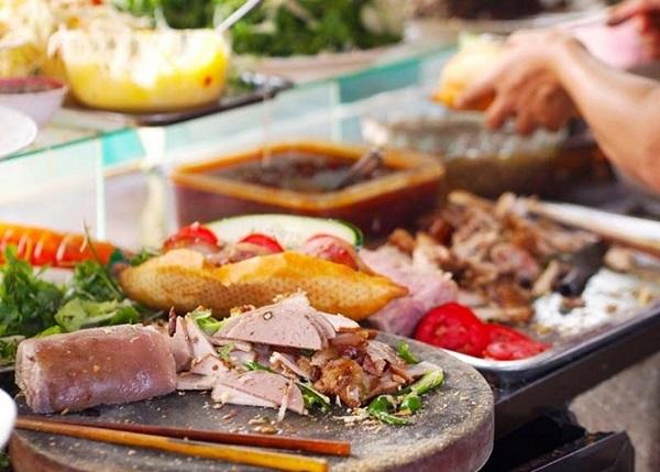 """Thực đơn của tiệm khá phong phú với hàng chục loại nhân, từ các loại chả, lạp xưởng đặc trưng của Việt Nam cho đến các món mang hơi hướng """"Tây"""" như jambon, pate, xúc xích, phô mai, thịt xông khói..."""