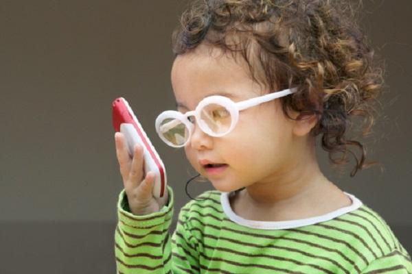 Có không ít trẻ mới 3 – 4 tuổi nhưng bị cận khá nặng chỉ vì bố mẹ cho tiếp xúc với điện thoại quá nhiều.