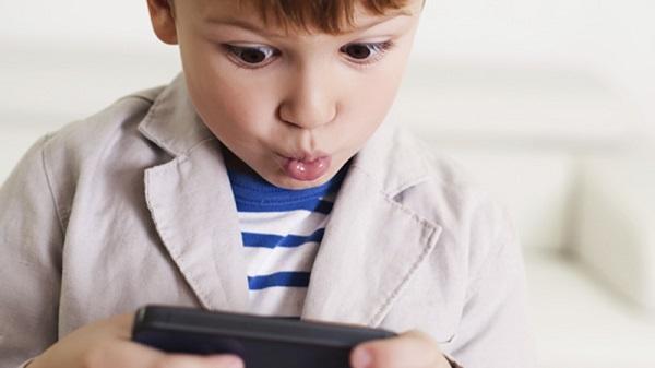 """Nếu bạn cho con ăn khi con đang xem điện thoại, lúc đó con không khác gì một """"cỗ máy."""