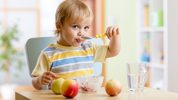 Hãy tập cho con thói quen ăn uống đúng, tạo không khí vui vẻ mỗi khi con ăn.