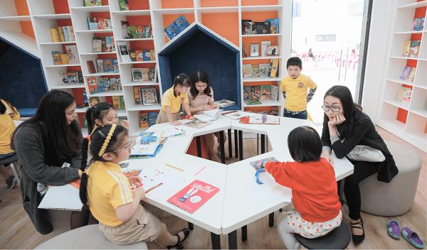 Hãy tạo điều kiện để con được tiếp xúc với môi trường có nhiều người đọc sách.