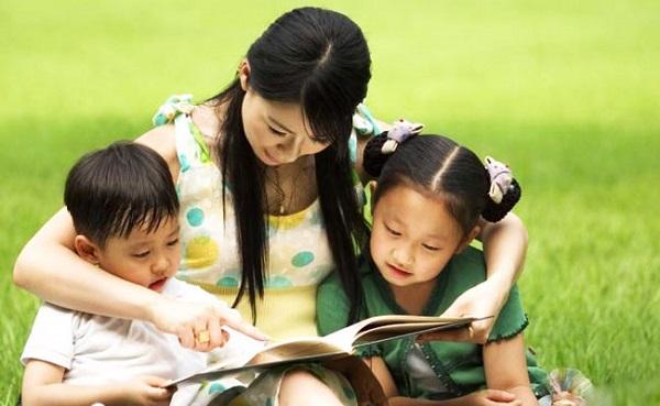 Tạo cho con có thói quen đọc đa dạng với nhiều quan điểm và tính chất nhân vật khác nhau.