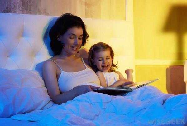 bạn có thể đọc sách cho trẻ nghe trước giờ ngủ khi trẻ còn nhỏ, cũng là cách giúp trẻ có thói quen đọc 1 vài trang sách trước giờ ngủ khi lớn.