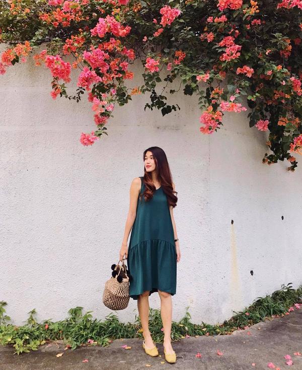 Tháng 4 chưa về nhưng tiết trời Sài Gòn đã hừng hực nắng như đầu hè. Vì thế các mẫu váy áo phù hợp tiết trời luôn được phái đẹp lựa chọn hàng đầu.