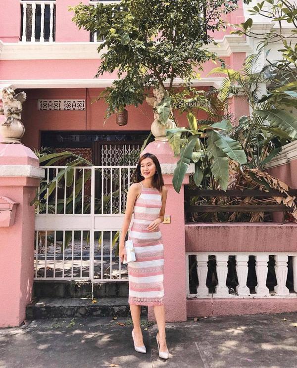Tông màu hồng trắng cho nàng yêu sự lãng mạn. Hai tông màu dịu mắt được phối hợp qua họa tiết kẻ sọc ngang phù hợp với những cô nàng cao ráo và mảnh dẻ.
