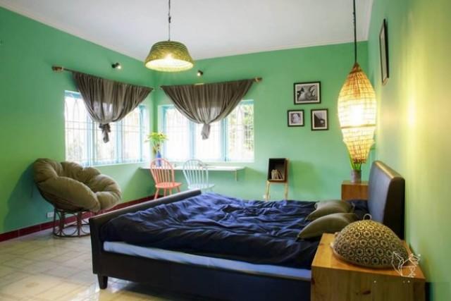 Giá phòng đôi ở đây giao động 500.000 – 700.000 đồng một đêm, phòng tập thể giá 150.000 đồng một giường. Nhà còn có lò sưởi, sau nhà là thung lũng hoa, một địa điểm thích hợp để thư giãn bên một tách trà thơm. Địa chỉ: 2/35 Nam Hồ, phường 11.