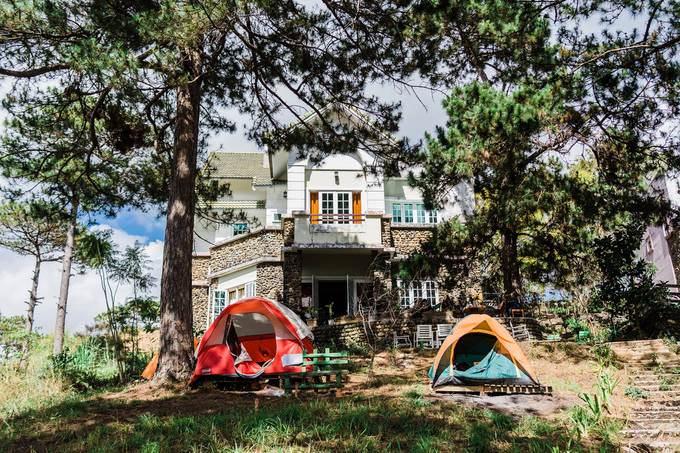 Nằm cùng hướng lên ga cáp treo hồ Tuyền Lâm, đây là một ngôi nhà khá rộng và ngập tràn cây xanh xung quanh. Homestay này kết hợp thêm dịch vụ quán cà phê, có cách bài trí đơn giản tạo cảm giác thân thiện, thư giãn.