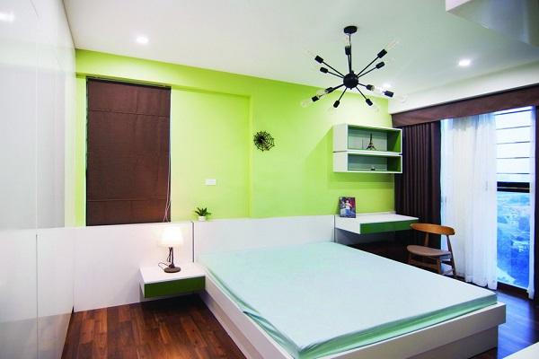 Các phòng ngủ còn lại là những sắc thái đa dạng, phù hợp theo sở thích và cá tính của mỗi thành viên. Nếu như phòng khách và bếp là tông trầm ấm áp thì phòng ngủ chính lại mang màu sắc nhẹ nhàng với chất liệu gỗ sồi, phù hợp với mục đích thư giãn của không gian. Phòng ngủ chính rộng rãi, kết nối liên hoàn khu vực giường ngủ, thay đồ và vệ sinh. Bức tường ngăn phía cửa phòng tăng thêm sự kín đáo từ điểm nhìn phòng khách. Các phòng ngủ con hiện đại, trẻ trung được phối với những sắc màu ưa thích của từng bé. Đồ nội thất đơn giản với những mảng khối phẳng, kiệm chi tiết. Để đảm bảo căn nhà gọn gàng và đáp ứng được khối lượng lớn đồ đạc, kiến trúc sư đã thiết kế hệ thống tủ âm tường lớn, đồng bộ. Các chi tiết trong nội thất được thiết kế tỉ mỉ, chỉn chu giúp ranh giới giữa tủ, cửa và tường được làm mờ đi. Sự đa dạng về sắc thái không gian là một nét riêng đầy cuốn hút.
