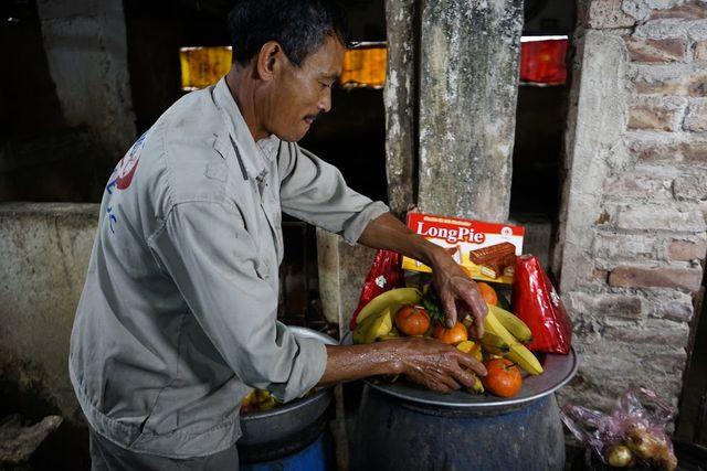 Sau khi ăn xong, lợn được tráng miệng bằng hoa quả tươi như: chuối, táo, lê, bưởi...