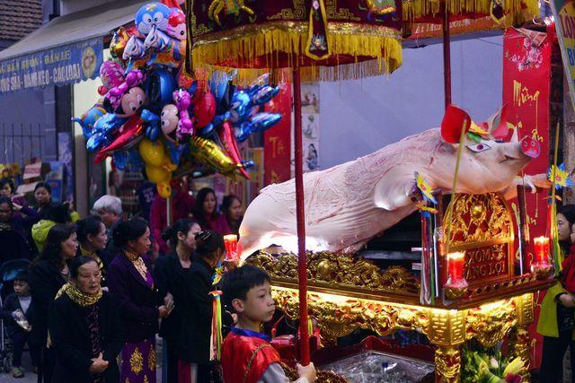 Các ông lợn được rước kiệu trang nghiêm với hàng nghìn người dân tham dự. Ảnh: Mạnh Thắng