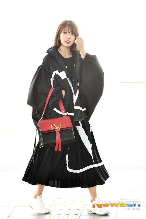 Park Shin Hye mặc đồ rộng thùng thình lên đường sang tham dự Tuần lễ thời trang Paris