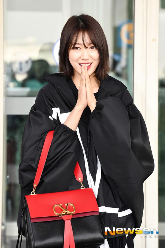 10.Lên đường tham dự Tuần lễ thời trang Paris, Park Shin Hye bị soi mất dáng với đồ rộng thùng thình1