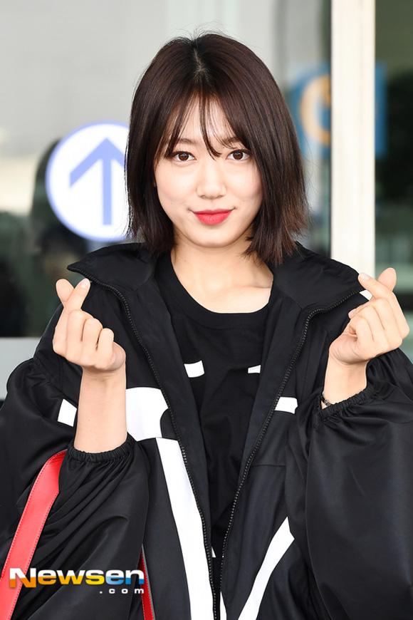 10.Lên đường tham dự Tuần lễ thời trang Paris, Park Shin Hye bị soi mất dáng với đồ rộng thùng thình2