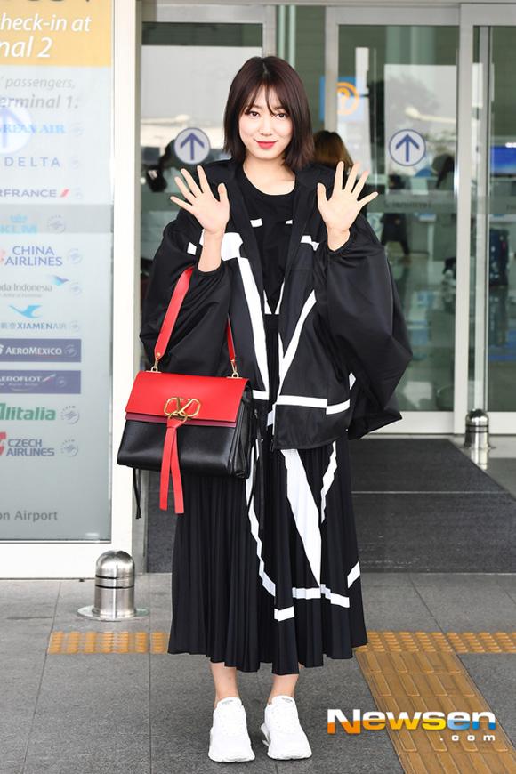 10.Lên đường tham dự Tuần lễ thời trang Paris, Park Shin Hye bị soi mất dáng với đồ rộng thùng thình3