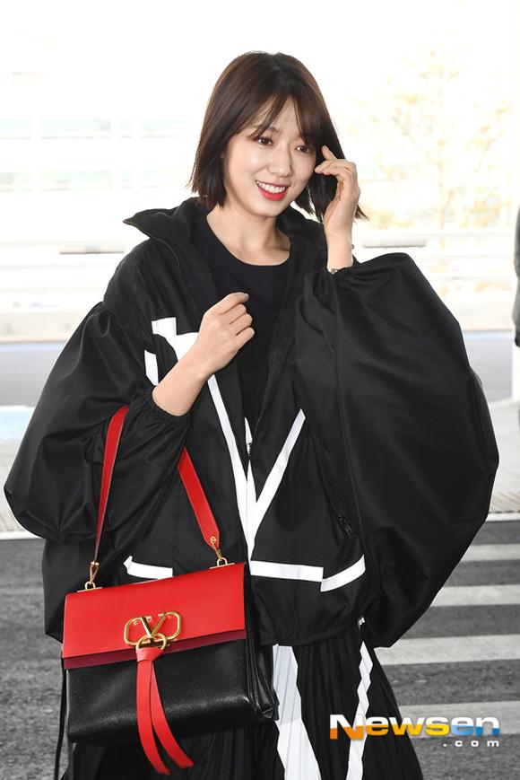 Là mỹ nhân hàng đầu xứ Hàn, cô luôn là khách mời trong các Tuần lễ thời trang lớn