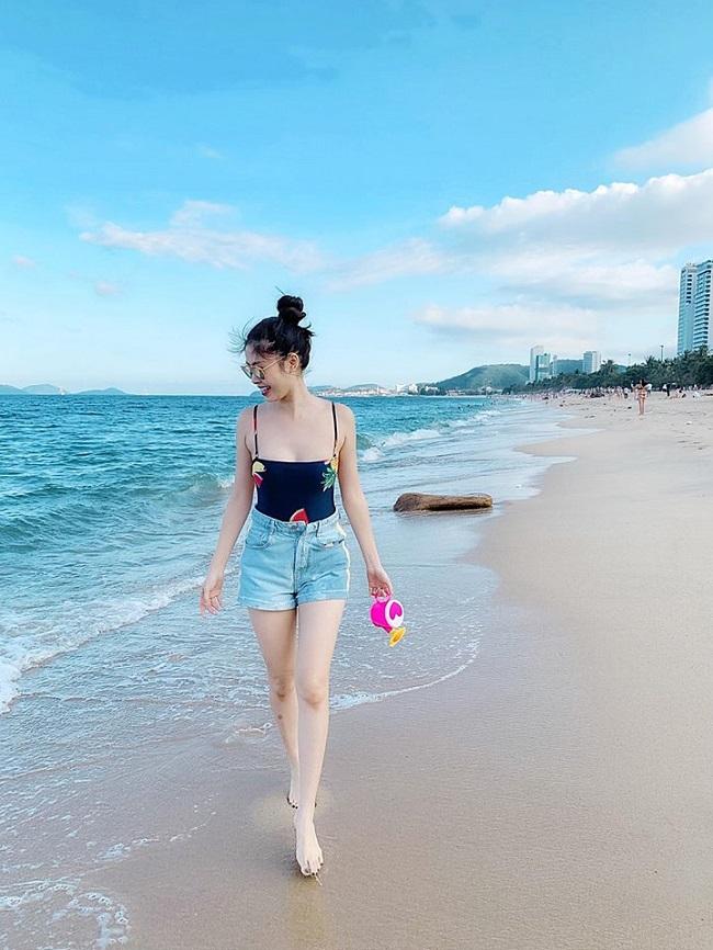 Bà xã Đăng Khôi khoe vóc dáng nuột nà trong chuyến du lịch biển cùng gia đình.