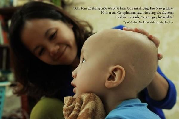 Mẹ Hà nói Tom là một cậu bé dũng cảm. Tom không sợ ung thư vì con không biết kẻ thù của mình mạnh đến cỡ nào.(Ảnh: Kim Bánh Trôi Nước & SCI)