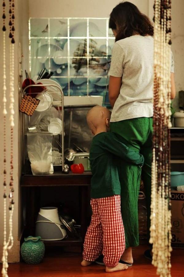 """""""Mẹ còn mình cùng đi chơi nhé"""", mình nói dối Tom. Nhưng rất nhanh sau đó, Tom chợt nhận ra và sợ sệt: """"Con không chơi nữa đâu. Mẹ cho con về nhà đi"""". Rồi Tom ôm chặt lấy mẹ. (Ảnh: Kim Bánh Trôi Nước & SCI)"""