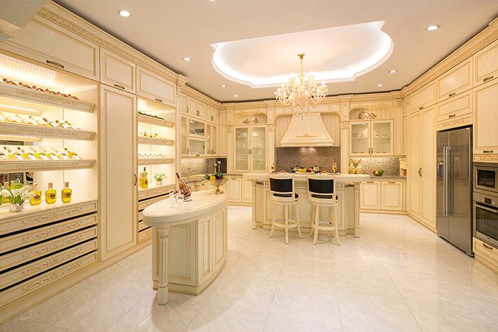 Phòng bếp rộng với đầy đủ tiện nghi cùng cách bày trí đẹp mắt, phù hợp với các không gian nhà biệt thự lớn.