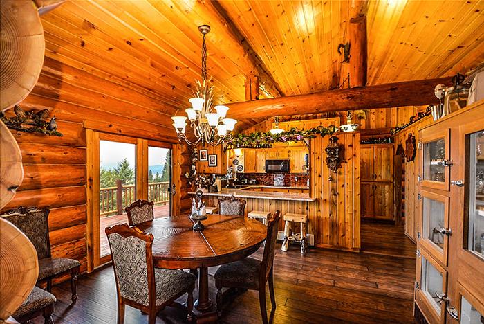 Nếu nhà biệt thự của bạn sở hữu chất liệu gỗ là chính, hướng thiết kế cổ điển như mẫu trên đây sẽ toát thêm nét sang trọng khó cưỡng người nhìn, điều mà chắc chắn ai cũng ao ước có được.