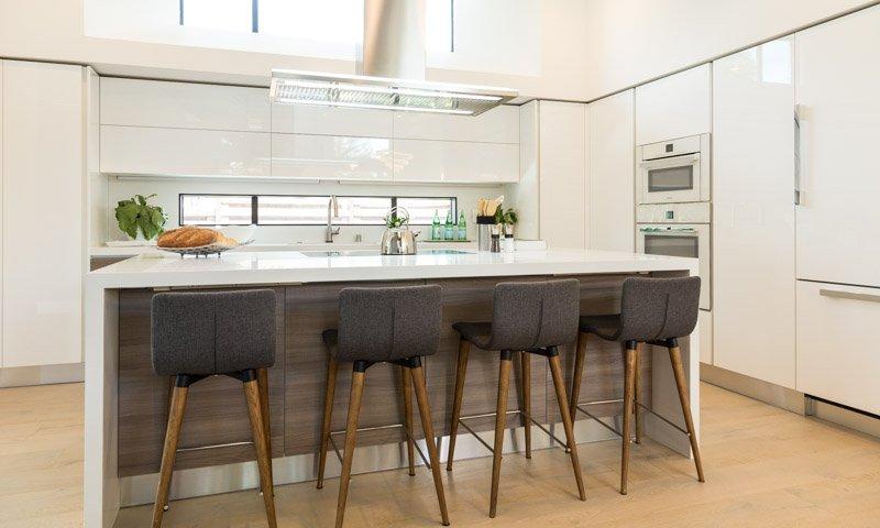Quầy bar bếp hiện đại với điểm nhấn ghế màu đến chân gỗ đơn giản