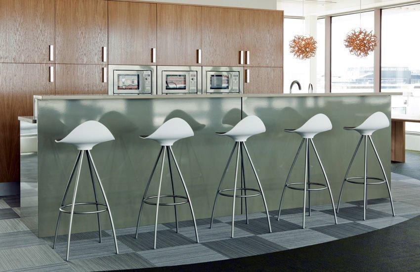 Thiết kế tủ bếp gỗ có quầy bar theo phong cách Châu Âu hiện đại