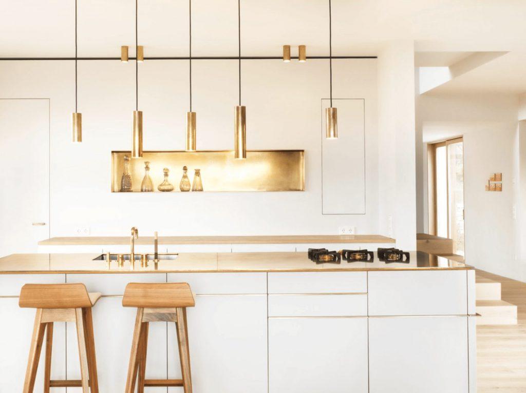 Mẫu tủ bếp gỗ có quầy bar gỗ công nghiệp với điểm nhấn ấn tượng màu vàng đồng tạo nên phong cách riêng cho gia chủ sở hữu nó.