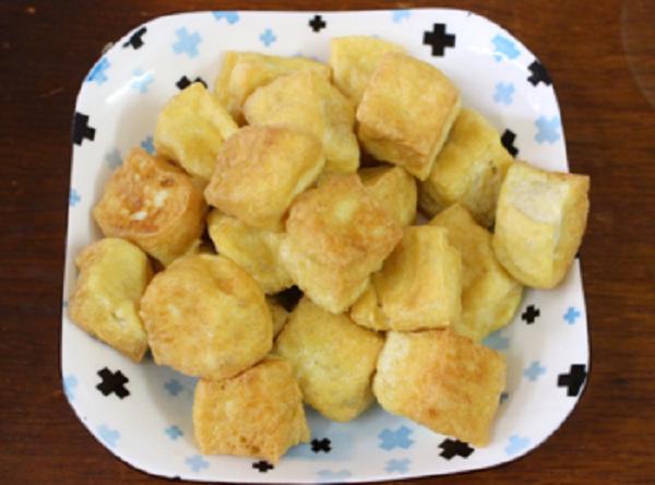 Bước 1: Rửa sạch đậu phụ sau đó thái miếng vừa ăn. Đun sôi dầu cho đậu vào rán vàng.