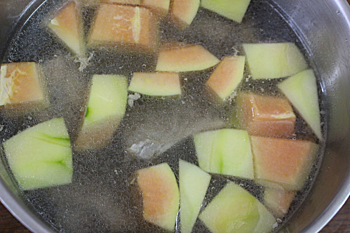 Bước 4: Xương ninh mềm , cho đu đủ vào, nêm nếm gia vị vừa ăn. Đu đủ chín thả hành lá vào rồi tắt bếp.