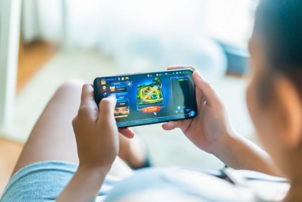 4.Chơi game và dùng điện thoại lâu gây chảy máu não đột ngột Đừng để bi kịch xảy ra với bạn1