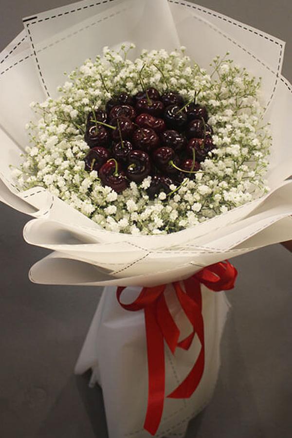 Bó hoa được gói bằng trái cherry.