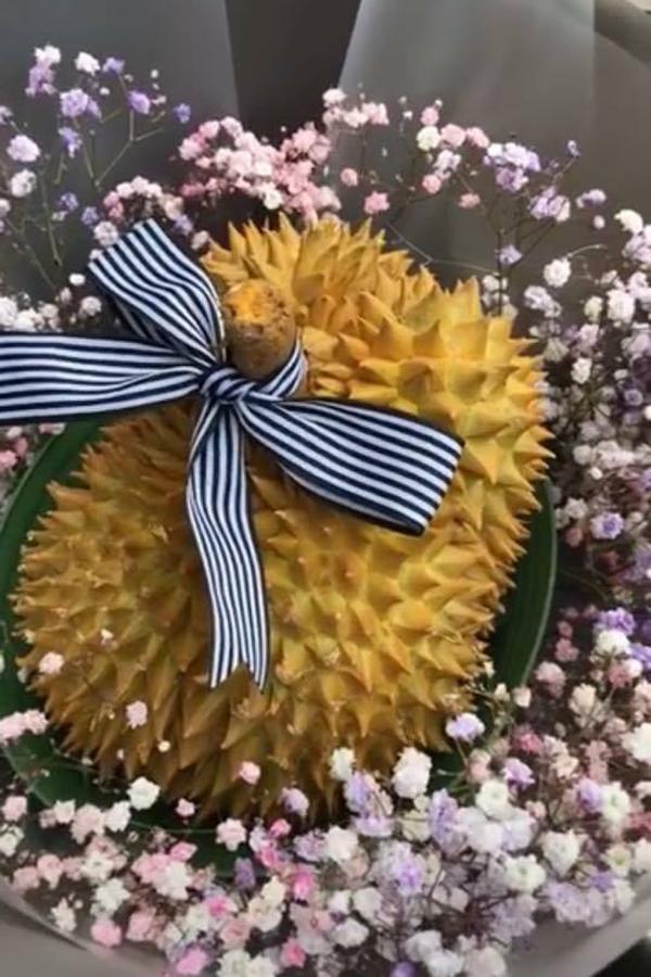 Bó hoa sầu riêng kết hợp baby tại một cửa hàng.