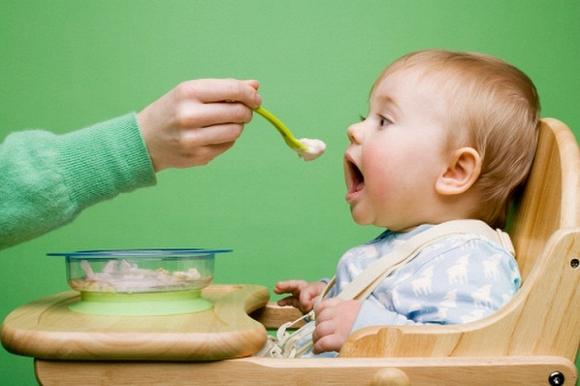 Hầu như trẻ con đều trải qua một giai đoạn biếng ăn nhất định. Thời kì biếng ăn của trẻ thường khiến các gia đình mệt mỏi.