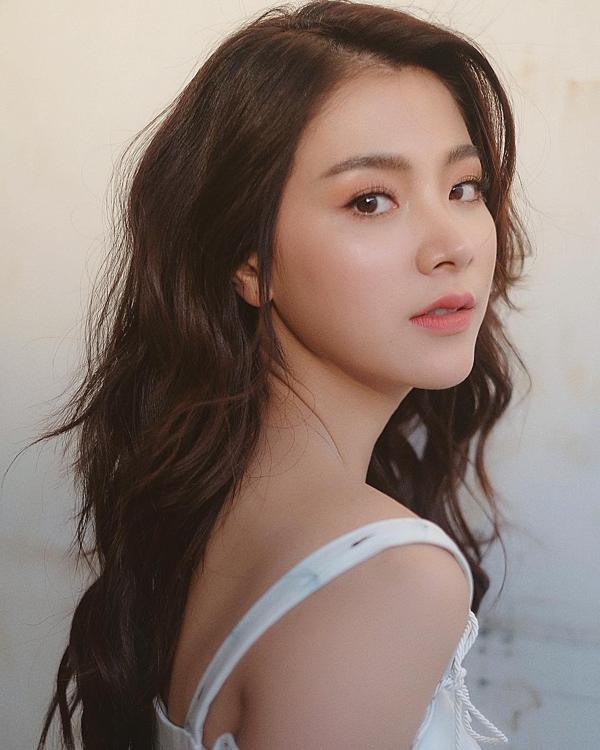 Baifern Pimchanok thường chọn kiểu trang điểm tự nhiên, tươi tắn theo phong cách Hàn Quốc.